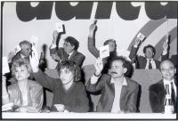Tribuna di presidenza di un congresso radicale, al momento di una votazione. Si riconoscono in prima fila: Maria Teresa Di Lascia, Sergio D'Elia; in s