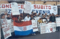 Manifestazione davanti alla sede del governo, per il riconoscimeno di Croazia e Slovenia. Si riconoscono: Giorgio Pagano, Maria Teresa Di Lascia, Serg