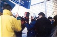 Manifestazione per gli Stati Uniti d'Europa davanti al Parlamento Europeo. Maria Teresa Di Lascia afferrata da un poliziotto.