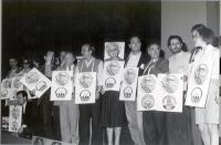 1° Congresso Italiano del Pr. Alcuni congressisti, radicali, recano un cartello con il simbolo del PR associato al simbolo di un altro partito (Verdi