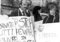 Manifestazione del PR davanti all'ambasciata jugoslava.