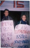 """Manifestazione contro la pena di morte davanti all'ambasciata americana. Maria Teresa Di Lascia indossa il cartello: """"The death penalty is still your"""