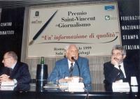 Marco Pannella - fra i giornalisti Gian Paolo Cresci e Paolo Gambescia - alla cerimonia di consegna del Premio Saint-Vincent di Giornalismo assegnato