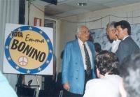 Marco Pannella a colloquio con Paolo Vigevano, nel salone della sede di Torre Argentina.