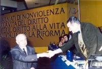 4° Congresso italiano del PR. Bruno Zevi stringe la mano all'ambasciatore italiano di Israele.