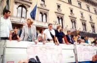 Cerimonia di consegna delle firme sui 20 referendum.  Sul camioncino, fra gli altri, Emma Bonino, Bruno Zevi, Mauro Paolinelli, Rita Bernardini, Maria