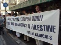 """Manifestazione a largo Chigi, in occasione dell'incontro di Arafat con il presidente del Consiglio Berlusconi, a palazzo Chigi. Striscione: """"Israel in"""