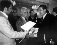 Conferenza dell'UNESCO. Lapo Orlandi e Leo Solari (ERA) consegnano al Direttore Generale dell'UNESCO (Federico Mayor), le firme raccolte dall'ERA  in
