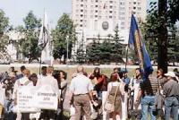 Manifestazione davanti all'ambasciata nordcoreana,  in occasione della visita ufficiale a Mosca del dittatore nordcoreano Kim Jong II. Striscioni: Per