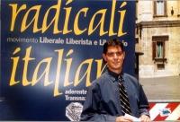 """""""Globalizzazione? Sì grazie"""". Manifestazione a piazza  Montecitorio. Daniele Capezzone davanti al simbolo dei Radicali italiani."""
