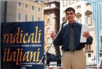 """""""Globalizzazione? Sì grazie"""". Manifestazione a piazza Montecitorio. Daniele Capezzone sul palco degli oratori."""