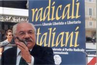 """""""Globalizzazione? Sì grazie"""". Manifestazione a piazza Montecitorio. Teodoro Buontempo sul palco degli oratori."""