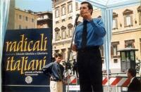 """""""Globalizzazione? Sì grazie"""". Manifestazione a piazza Montecitorio. Benedetto Della Vedova sul palco degli oratori. In secondo piano: Daniele Capezzon"""