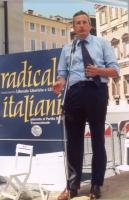 """""""Globalizzazione? Sì grazie"""". Manifestazione a piazza Montecitorio. Bobo Craxi sul palco degli oratori."""