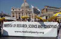 "Manifestazione davanti a San Pietro per la libertà di ricerca scientifica. Striscione: ""Freedom of research, science and conscience"". Altre digitali e"