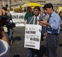"""Daniele Capezzone, in occasione della manifestazione per la libertà di ricerca scientifica. (Cartellone: """"Il 67% degli italiani dice sì alla ricerca s"""