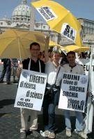 Manifestazione per la libertà di ricerca scientifica, davanti a San Pietro. Nella foto: Stefano Mazzocchi, Rita Bernardini, Mauro Paolinelli. Cartelli
