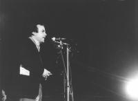 Mimmo Pinto parla in un comizio notturno. (BN) di profilo