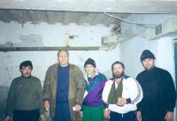 Oumar Khambiev (o Khanbiev) (secondo da sinistra) in un ospedale sotterraneo. Primo a sinistra: Ruckman; terzo: Shrevani; ultimo: Cheta.