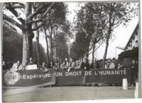 Manifestazione esperantista, in occasione di una conferenza dell'UNESCO. Striscione: ESPERANTO: UN DROIT DE L'HUMANITE'.