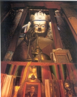 Statua di Buddha nella Sala di Matreya del Monastero Tashilhunpo.