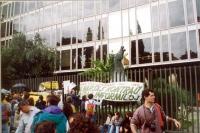 Striscione esperantista alla marcia contro la RAI, appeso al cancello davanti alla sede della RAI. (v.6159) Altre su carta.