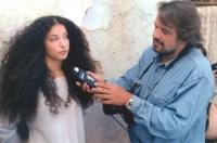 Oliviero Toscani con una modella al lavoro. Fotografo