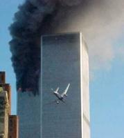 Un aereo dirottato da terroristi si scaglia contro una torre del World Trade Center.