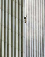 Un uomo si lancia da una torre del World Trade Center colpita da un attacco terroristico.