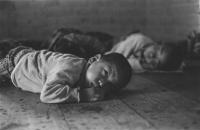 """Interno di una nursery.  Dalla mostra: """"Tibetains aujourd'hui"""" che raccoglie fotografie di Sylvie Torre et Philippe Rivierre"""