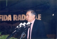 """Enzo Tortora, al 32° Congresso, sullo sfondo del banner: """"La sfida radicale""""."""