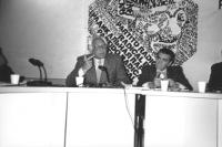 consiglio federale del PR a Bohinj. Pannella e Zevi alla presidenza con logo PR (BN)