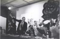 Votazione a un congresso radicale. Al tavolo di presidenza: Enzo Tortora (in piedi), Maria Teresa Di Lascia, Adelaide Aglietta e altri.