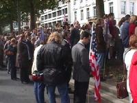 Manifestazione per esprimere cordoglio alle vittime dell'attentato terroristico a New York. (In primo piano di fronte alla bandiera degli Stati Uniti,