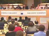 Approvazione al Parlamento Europeo del rapporto Valenciano sulle mutilazioni genitali femminili. Da sinistra: ???, Interprete, Shanim Kahn, Morissanda