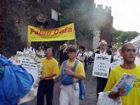 Marcia del Falun Gong, contro la persecuzione dei suoi membri in Cina, da piazza di Trinità di Monti all'ambasciata cinese. Nella foto, fra gli altri,