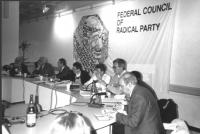 """""""consiglio federale del PR a Bohinj. Pannella, Zevi, Taradash, Bonino, Vigevano, Spadaccia alla presidenza con logo PR e scritta: federal council of r"""