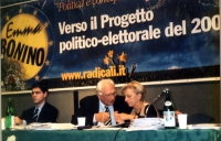 """Daniele Capezzone, Marco Pannella ed Emma Bonino, al tavolo di presidenza di una assemblea radicale (""""VERSO IL PROGETTO POLITICO-ELETTORALE DEL 2000"""")"""
