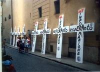 """Sotto la sede del PR a via di Torre Argentina sono schierati crocifissi, recanti la scritta: """"Antiinformazione esperanto"""", """"Mal informado esperanto""""."""