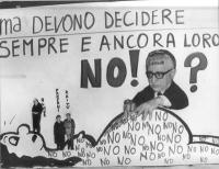 Cartellone sull'aborto.  ll presidente della Repubblica Giovanni Leone posa le mani sulla pancia di una donna incinta. A sinistra, le figurine di Rumo