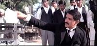 """La sequenza del rogo dei certificati elettorali nel film """"Gandhi"""". Altri fotogrammi della sequenza."""