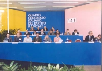 4° Congresso Italiano del Pr. Veduta d'insieme della tribuna di presidenza. Ultima fila, da sinistra: Willer Bordon, Renè Andreani, Marco Pannella, Va