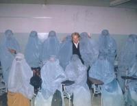 Emma Bonino, commissario europeo, in un gruppo di donne che indossano la burqa.