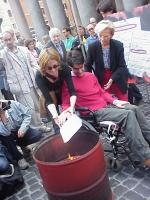 Luca Coscioni partecipa al rogo dei certificati di godimento dei diritti civili (come contestazione della mancanza di informazione sul referendum sul