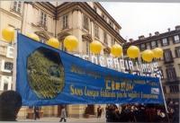 Striscione radicale ed esperantista esposto in occasione di una manifestazione durante un vertice del Consiglio Europeo.