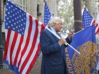 Marco Pannella, con la bandiera americana, davanti all'ambasciata americana, in una manifestazione di solidarietà agli USA, nel giorno dell'inaugurazi