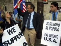 Rita Bernardini, Marco Taradash e Daniele Capezzone, davanti all'ambasciata americana, in una manifestazione di solidarietà agli USA nel giorno dell'i