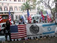 Manifestazione a sostegno degli USA nel giorno dell'inaugurazione dell'attacco all'Afghanistan. Sono schierati di fronte all'ambasciata: ???, Isio Mau