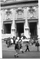 """Manifestazione davanti al Ministero della Pubblica Istruzione """"PER AGGIUNGERE L'ESPERANTO ALLE ALTRE LINGUE STRANIERE NELLE ELEMENTARI"""". Fra gli altri"""