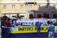 """Tavolo del Partito Radicale al Pantheon. Dietro, lo striscione: """"Stop ai massacri in Bosnia e Erzegovina"""". (La data è presuntiva)."""